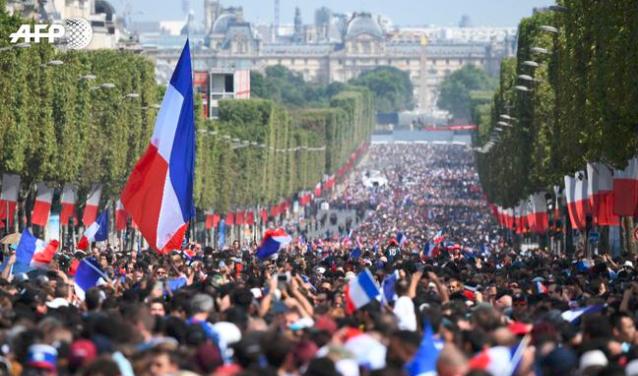 庆祝夺冠 法兰西数十万球迷挤爆巴黎街头