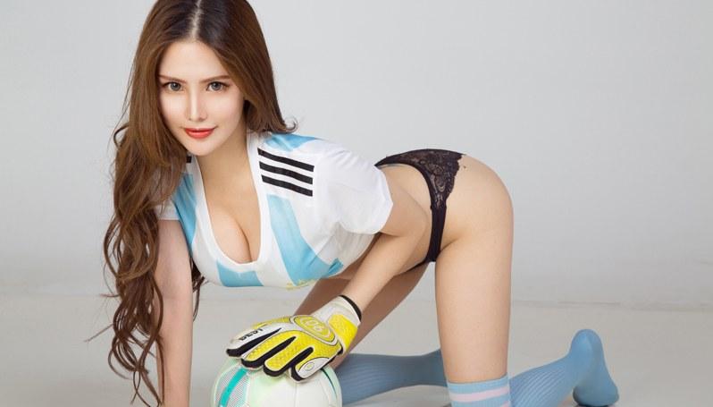 亚洲美女 演绎阿根廷足球的别样风情