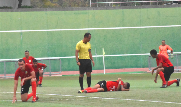 敌我球员一倒地受伤 单膝下跪「尊敬勇士」