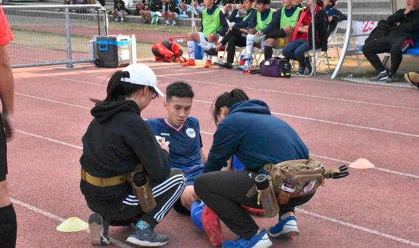 足球常遇碰撞擦伤 防护员轻弹、贴扎揭秘