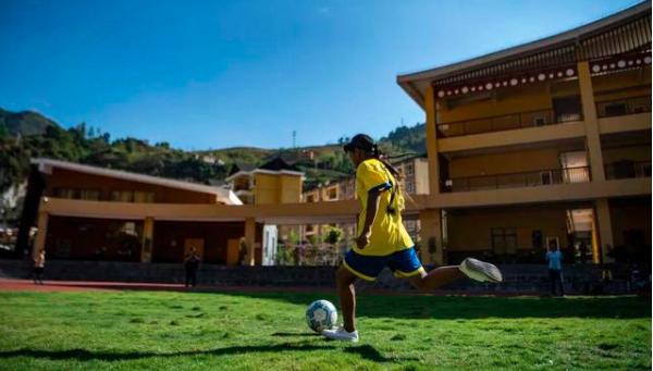 云南怒江:大峡谷的娃娃有了标准足球场