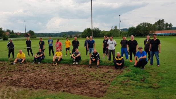 团队参与修整球场 为新赛季做好准备