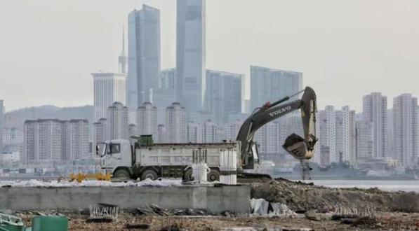 大连梭鱼湾专业足球场建设复工
